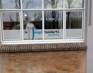 Mooie raambestickering op de praktijk